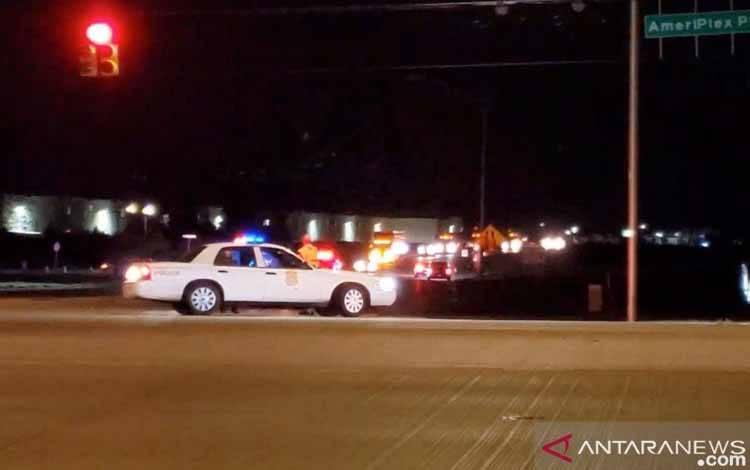 Polisi terlihat di jalan setelah insiden penembakan di fasilitas FedEx di Indianapolis, Indiana, AS 16 April 2021, dalam gambar diam yang diambil dari sebuah video. ANTARA/Kevin Powell / Indy First Alert / via REUTERS/pri