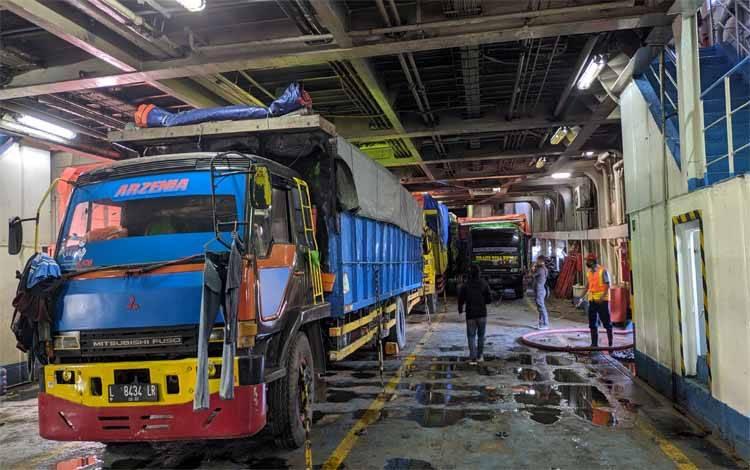 Sejumlah truk logistik yang masuk ke dalam KM Kirana III yang akan berangkat dari Pelabuhan Sampit menuju Surabaya