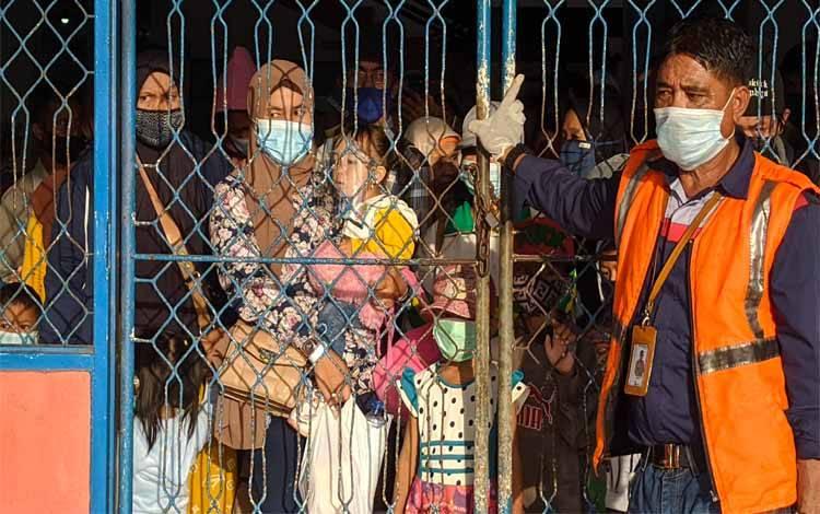 Sejumlah penumpang kapal saat menunggu pintu dibuka untuk naik ke atas kapal