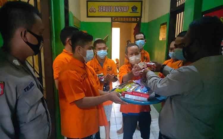 Barang kebutuhan mandi dan cuci, rutin di serahkan kepada para tahanan di Rutan Polres Seruyan
