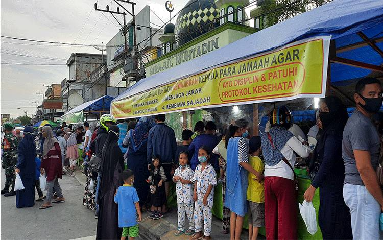 Suasana pedagang menjajakan wadai atau takjil di depan Masjid Sirajul Muhtadin, Jalan Pangeran Antasari, Pangkalan Bun.