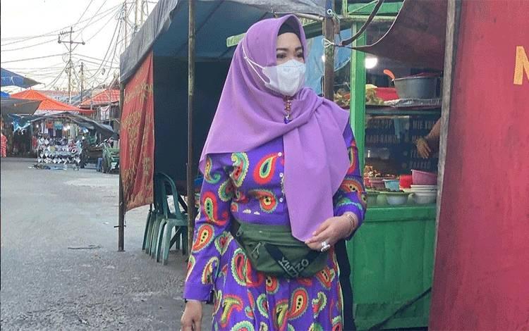 Wakil Wali Kota Palangka Raya Umi Mastikah saat menyambangi pedagang takjil.