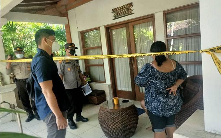 Proses evakuasi jenazah warga asing asal Australia, di Sanur Denpasar, Bali, Jumat (16/04/2021). ANTARA/HO-Humas Polresta Denpasar. (Antara/Ayu Khania Pranisitha/2021)