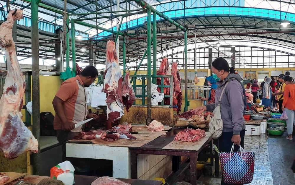 Pedagang daging sapi di Pasar Indra Sari Pangkalan Bun.