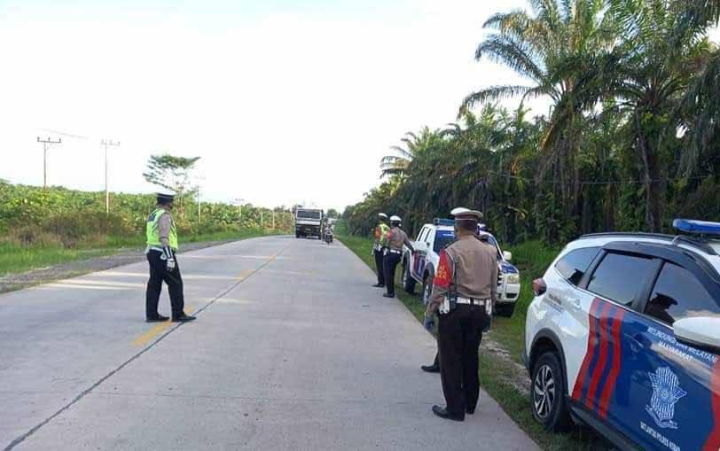 Personel Satlantas Polres Kobar saat patroli pencegahan balapan liar di Jalan CPO menuju Pelabuhan Kalap.