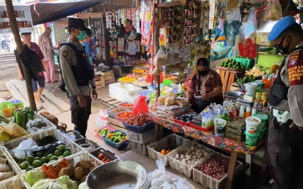 Personel gabungan mengecek stok dan harga kebutuhan pokok di Pasar Pembuang Hulu.