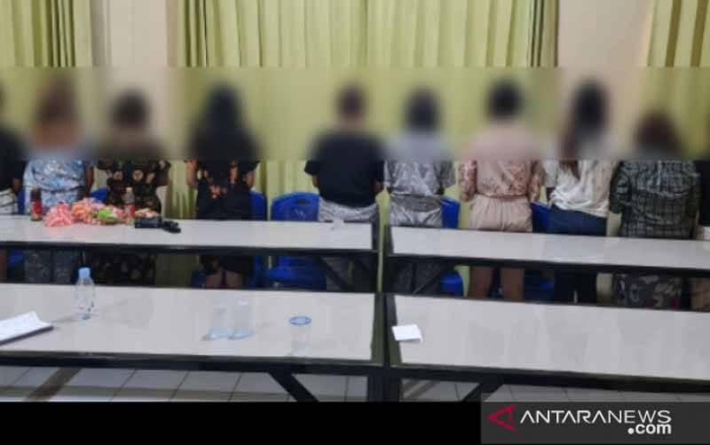 Puluhan anak perempuan yang diamankan oleh Polsek Baruga, Kota Kendari, Sulawesi Tenggara dari sebuah hotel di kota tersebut, Rabu (7/4/2021). (foto : ANTARA/HO-Humas Polsek Baruga)