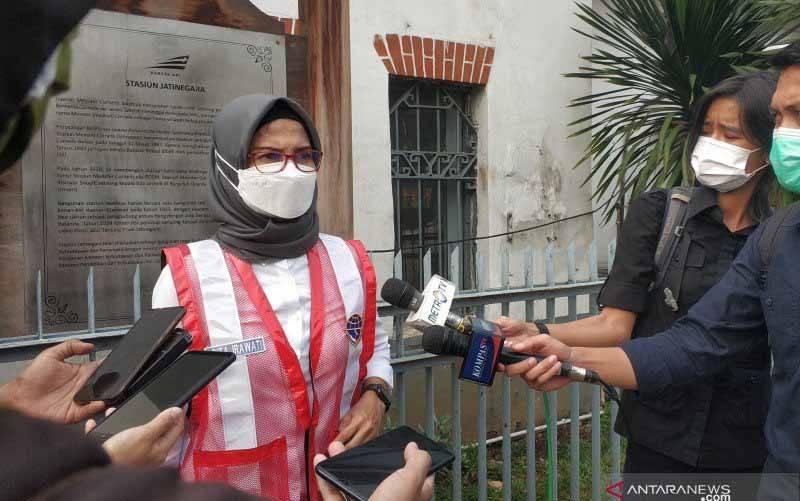 Juru Bicara Kementerian Perhubungan Adita Irawati memberikan keterangan kepada awak media di depan Stasiun Jatinegara, Jakarta, Minggu.  (foto : ANTARA/Citro Atmoko)