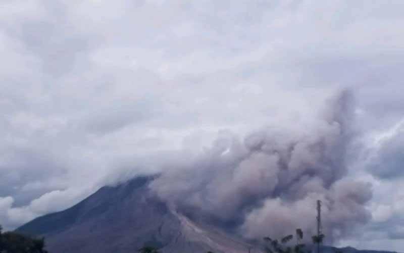 Gunung Sinabung di Kabupaten Karo, Sumatera Utara erupsi ditandai luncuran abu vulkanik. (foto : ANTARA/HO)