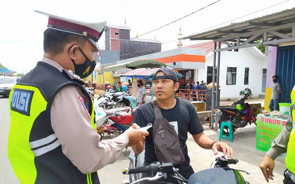 Satlantas Polres Pulang Pisau saat melaksanaan penertiban dalam rangka Operasi Keselamatan Telabang 2021.