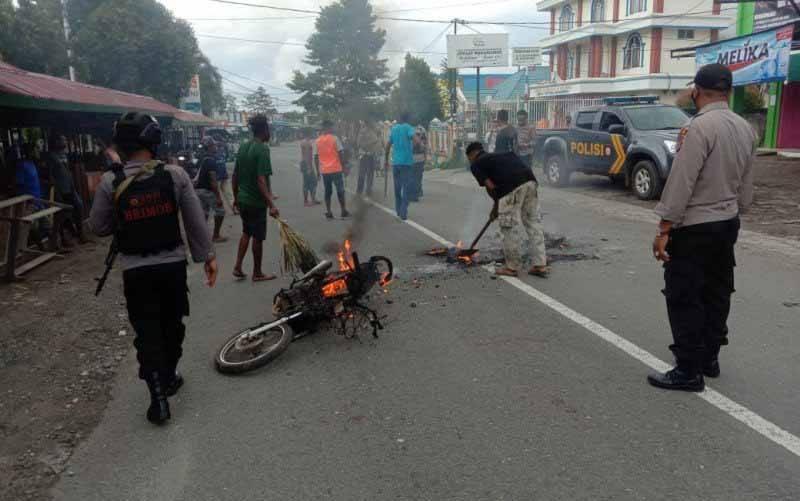 Seorang warga meninggal dunia dalam bentrok dua kelompok di Manokwari, yang berujung pembakaran motor dan pemblokiran jalan di Kelurahan Amban Manokwari Barat, Ahad (18-4-2021). (foto : ANTARA/Hans Arnold Kapisa)