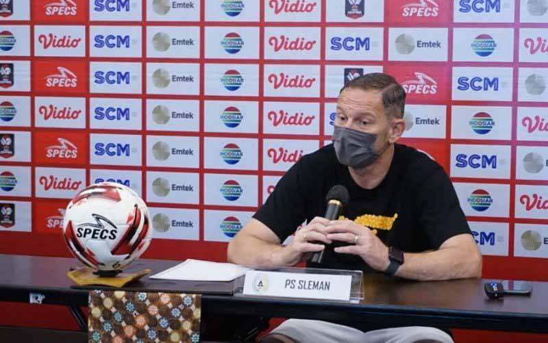 Pelatih PSS Sleman Dejan Antonic memberikan keterangan pers sebelum laga melawan Persib Bandung, Minggu (18/4/2021). (foto : HO/Tim media Piala Menpora)
