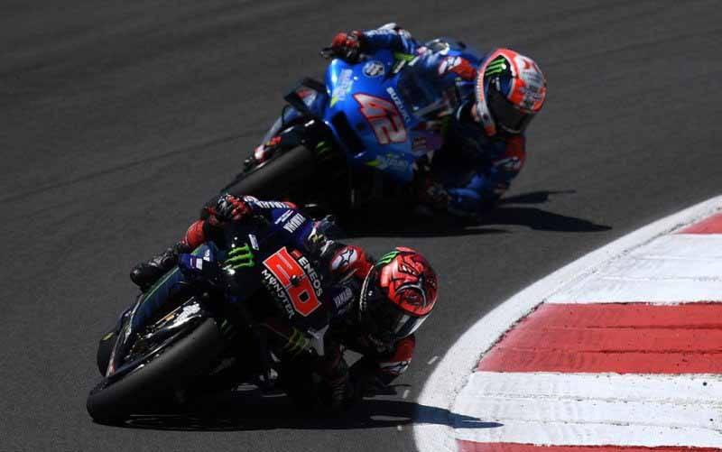 Pebalap tim Monster Energy Yamaha Fabio Quartararo dan Alex Rins dari tim Suzuki Ecstar bertarung di Grand Prix Portugal, Sirkuit Algarve, Portimao. (4/18/2021). (foto : AFP/Patricia De Melo Moreira)