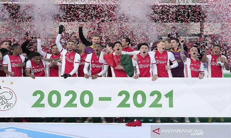 Para pemain Ajax melakukan selebrasi bersama trofi Piala KNVB Beker seusai menjuarai kompetisi musim 2020/21 dengan mengalahkan Vitesse Arnhem dalam partai final di Stadion De Kuip, Rotterdam, Belanda, Minggu (18/4/2021) waktu setempat. (ANTARA/REUTERS/SIPA USA/PRO SHOTS)