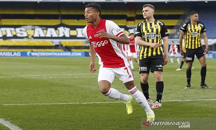 Penyerang Ajax David Neres merayakan golnya yang mengunci kemenangan atas Vitesse Arnhem dalam laga final Piala KNVB Beker di Stadion De Kuip, Rotterdam, Belanda, Minggu (18/4/2021) waktu setempat. (ANTARA/REUTERS/SIPA USA/PRO SHOTS)