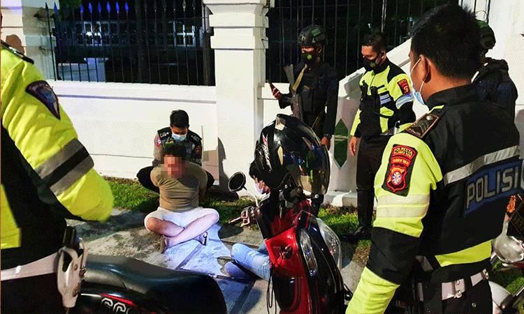 Anggota Satlantas Polresta Palangka Raya saat mengamankan 2 pria yang kedapatan membawa narkotika jenis sabu.