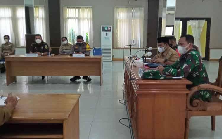 Pemkab Kobar mengadakan rapat membahas Surat Edaran Gubernur Kalteng yang mewajibkan seseorang yang bermaksud memasuki Kalteng wajib memiliki surat keterangan negatif covid-19 RT PCR