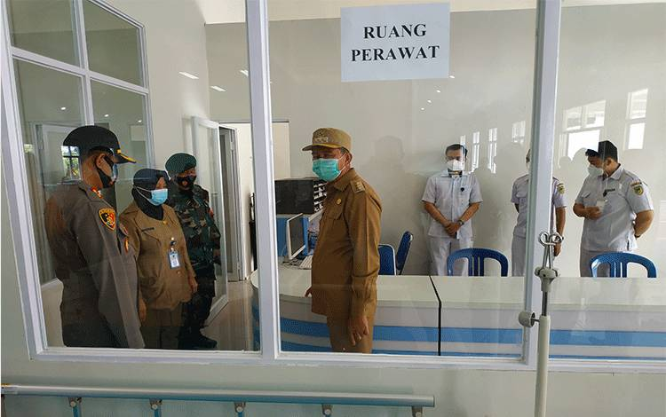 Dirut RSUD Muara Teweh, drg Dwi Agus Setijowati saat mendampingi Bupati Barito Utara dan Kapolres Barito Utara meninjau ruang penanganan Covid-19 beberapa waktu lalu.