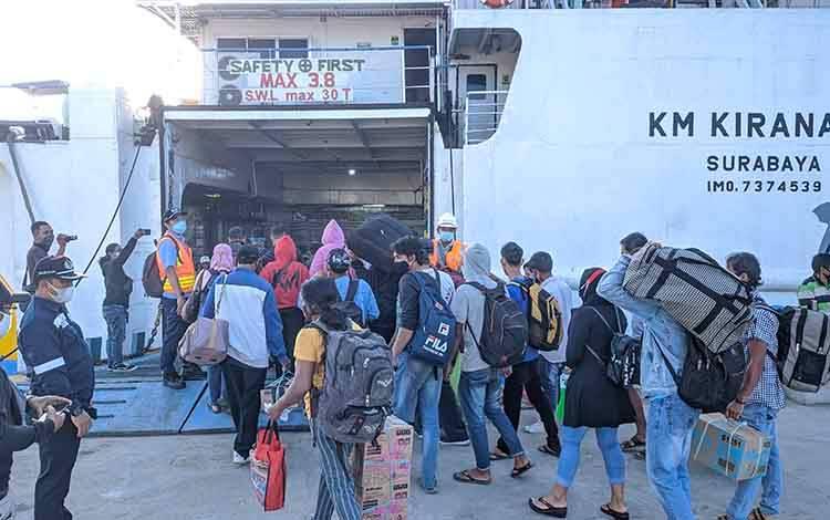 Sejumlah penumpang saat masuk KM Kirana III tujuan Surabaya, beberapa waktu lalu.