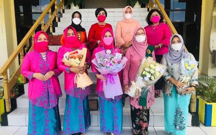Sekretaris Komisi B DPRD Palangka Raya, Noorhaini (tengah) saat merayakan Hari Kartini