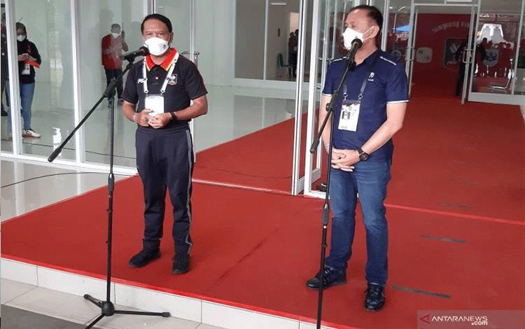 Menteri Pemuda dan Olahraga Zainudin Amali (kiri) serta Ketua Umum PSSI Mochamad Iriawan memberikan keterangan mengenai pembukaan Piala Menpora 2021 di Stadion Manahan, Solo, Minggu (21/3/2021). (ANTARA/Michael Siahaan)