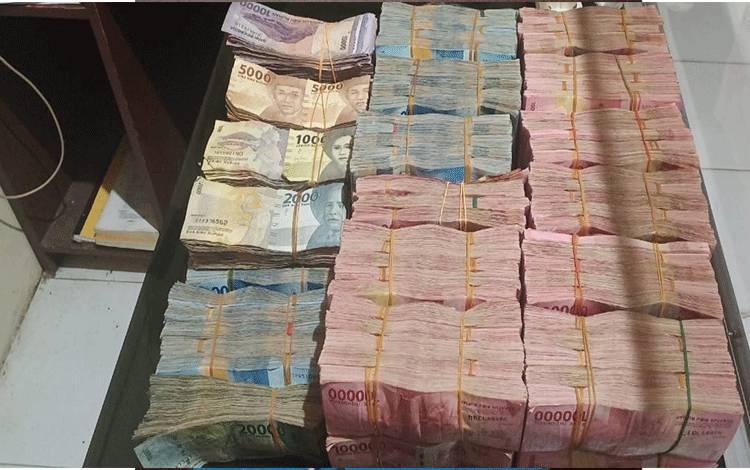 Barang Bukti uang tunai Rp 1, 2 miliar milik Koperasi BMT Nusantara Kereng Pangi kini diamankan Polres Katingan bersama pelaku.