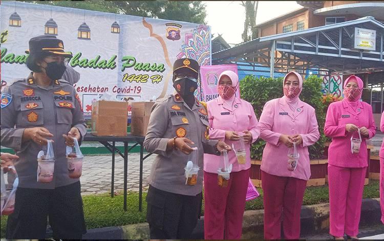Wakapolda Kalteng, Brigjen Pol Ida Oetari Poernamasasi saat membagikan takjil kepada masyarakat pengguna Jalan bertepatan hari Kartini.