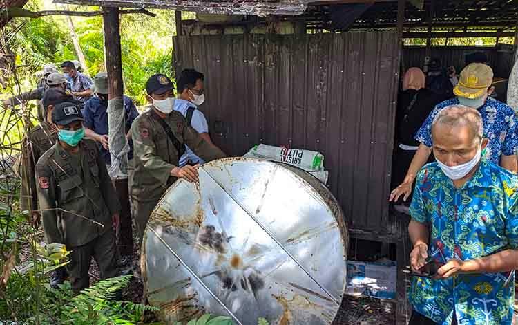 Sejumlah anggota Satpol PP Kotim saat mengamankan alat penyulingan di gudang pembuatan arak Jalan Jenderal Sudirman KM 11.