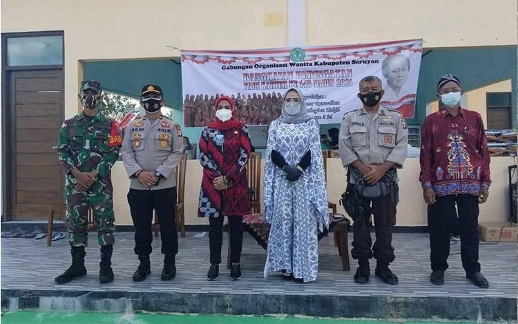 Wakil Bupati Seruyan Iswanti menghadiri kegiatan bazar ramadan GOW di Desa Bangun Harja.