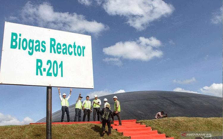 Sejumlah karyawan PTPN V berada di kawasan Pembangkit Listrik Tenaga Biogas (PLTBg) usai diresmikan di Pabrik Kelapa Sawit Terantam di Desa Kasikan, Kabupaten Kampar, Riau, Jumat (6/3/2020). PLTBG yang dibangun melalui kerja sama antara anak perusahan Holding Perkebunan di Provinsi Riau dengan Badan Pengkajian dan Penerapan Teknologi (BPPT) ini memanfaatkan limbah cair kelapa sawit menjadi listrik sebagai energi baru dan terbarukan. ANTARA FOTO/Rony Muharrman/hp.