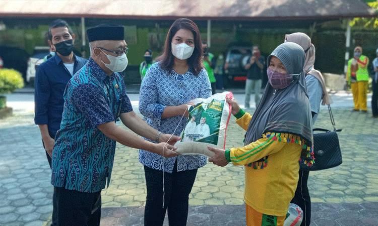 Ernis Desidistrisna bersama Kepala DLH Kobar Bambang Djatmiko Trikora menyerahkan zakat keluarga besar H. Abdul Rasyid AS - Hj. Nuriyah pada personel Pasukan Kuning di Halaman Kantor DLH Kobar, Jumat, 23 April 2021