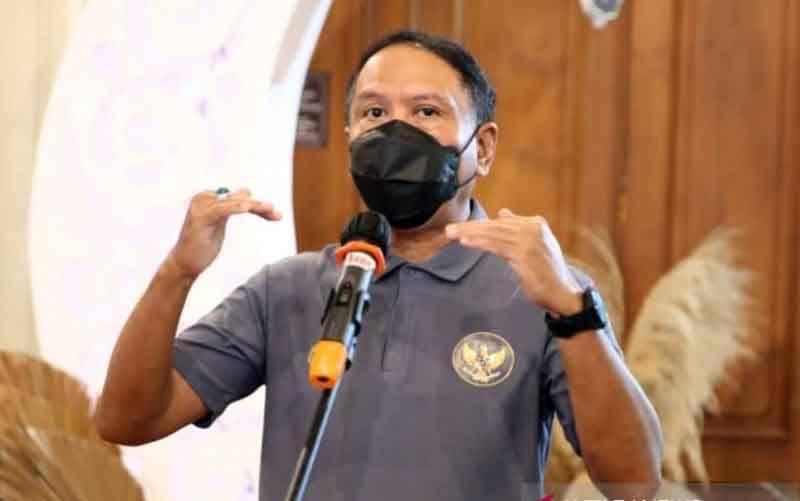 Menteri Pemuda dan Olahraga Zainudin Amali memberikan keterangan pers terkait penerapan protokol kesehatan di Pelatnas Paralimpiade Tokyo di Solo, Jawa Tengah, Minggu (18/4/2021). (foto : ANTARA/HO-Kemenpora/am)