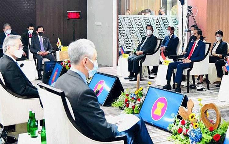 Presiden Joko Widodo (kanan) menghadiri pertemuan KTT ASEAN yang dihadiri oleh kepala negara ASEAN dan perwakilan di Gedung Sekretariat ASEAN Jakarta, Sabtu, 24 April 2021. KTT ASEAN yang pertama kali dilakukan secara tatap muka saat pandemi COVID-19 tersebut salah satunya membahas tentang krisis Myanmar. ANTARA FOTO/HO/ Setpres-Muchlis Jr