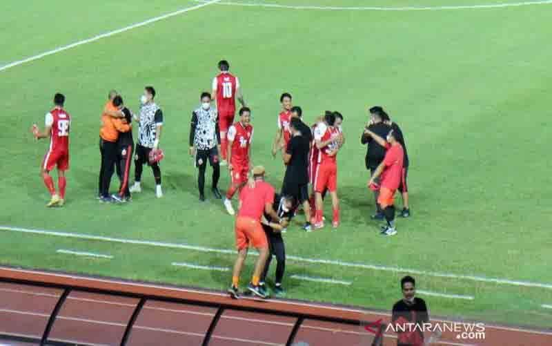 Pemain dan offisial Persija Jakarta melakukan selebrasi setelah timnya unggul atas Persib Bandung dalam pertandingan leg kedua Piala Menpora 2021, di Stadion Manahan Solo, Minggu (25/4/2021) malam (foto : ANTARA/Bambang Dwi Marwoto)