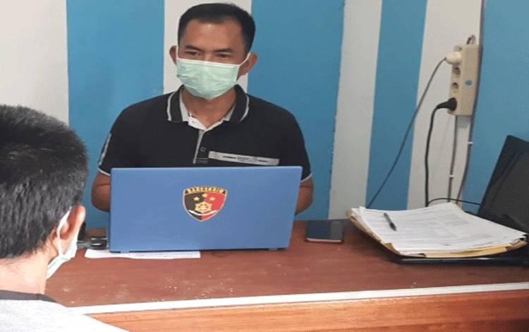 Polisi melakukan pemeriksaan terhadap tersangka di Mapolres Gumas, Selasa, 27 April 2021.