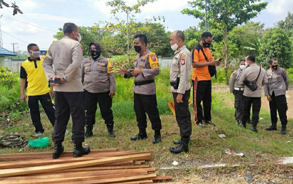 Kapolsek Kapuas Timur, Iptu Eko Sutrisno saat meninjau persiapan pembangunan pos penyekatan perbatasan Kalteng - Kalsel pada Selasa, 27 April 2021.