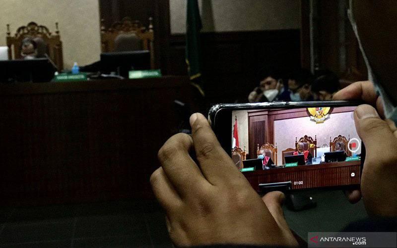 Seorang wartawan merekam foto Majelis Hakim dan kuasa hukum Partai Demokrat sebagai tergugat dalam sidang pertama gugatan keabsahan anggaran dasar/anggaran rumah tangga (AD/ART) Partai Demokrat di Pengadilan Negeri Jakarta Pusat, Jakarta, Selasa (20/4/2021). (foto : ANTARA/Genta Tenri Mawangi)