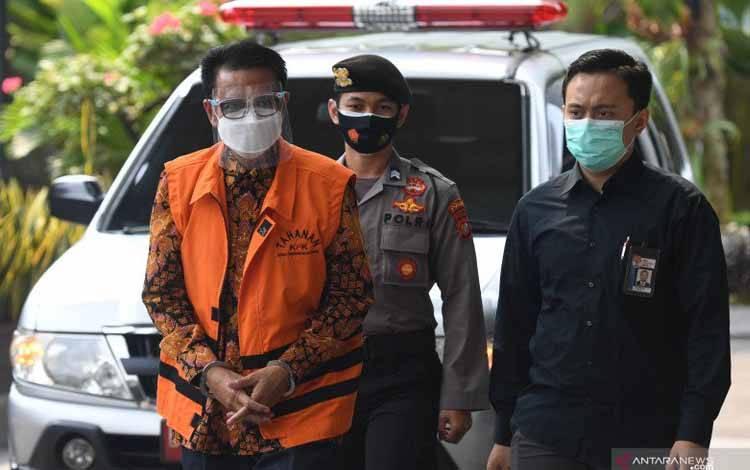 Tersangka, Gubernur nonaktif Sulawesi Selatan Nurdin Abdullah (kiri) tiba untuk menjalani pemeriksaan di Gedung KPK, Jakarta, Jumat (23/4/2021)