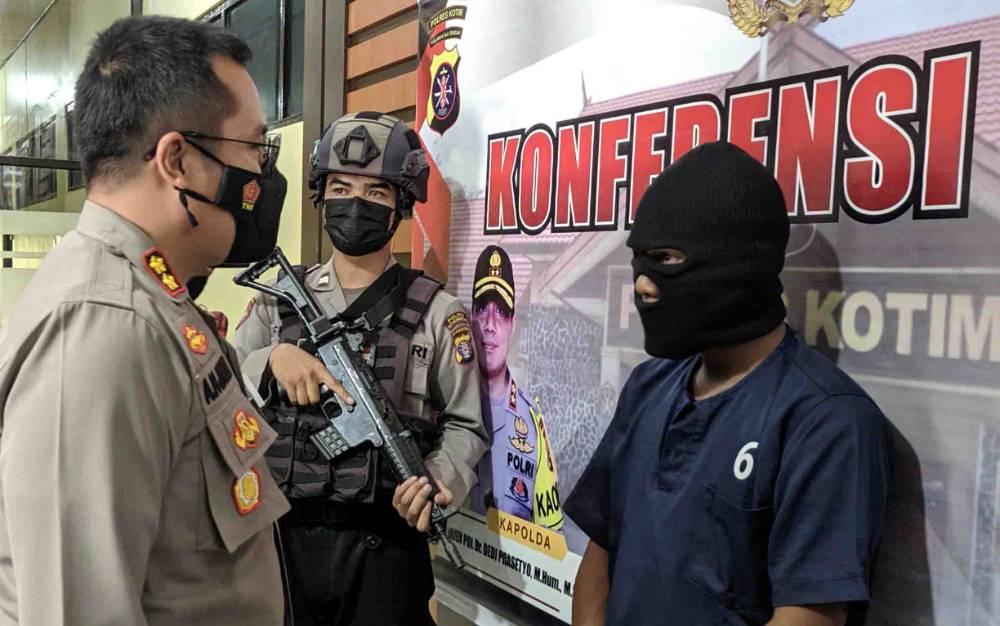 Kapolres Kotim AKBP Abdoel Harris Jakin saat introgasi tersangka pembunuh paman di Pasar Keramat.