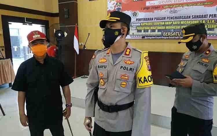 Kapolres Seruyan AKBP Bayu Wicaksono di dampingi Bupati Seruyan Yulhaidir saat memberikan keterangan kepada media.