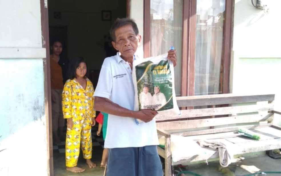 Salah satu penerima beras zakat H Abdul Rasyid AS di Kecamatan Jekan Raya, Palangka Raya.