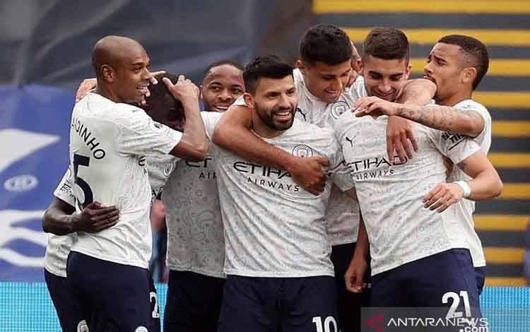 Penyerang Manchester City Sergio Aguero (tengah) melakukan selebrasi bersama rekan-rekannya seusai mencetak gol ke gawang Crystal Palace dalam lanjutan Liga Inggris di Stadion Selhurst Park, London, Inggris, Sabtu (1/5/2021)