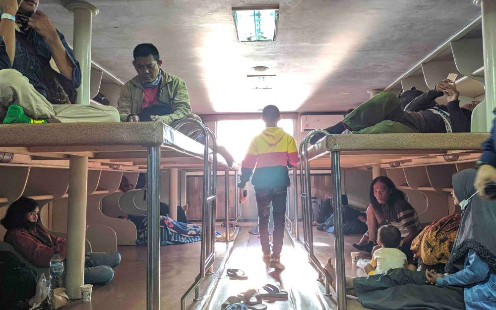 Sejumlah penumpang saat berada di dalam kapal dari PT DLU.