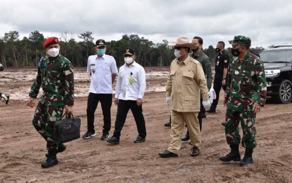 Menteri Pertahanan, Prabowo Subianto saat melakukan peninjaun kebun singkong di Gunung Mas, beberapa waktu lalu.