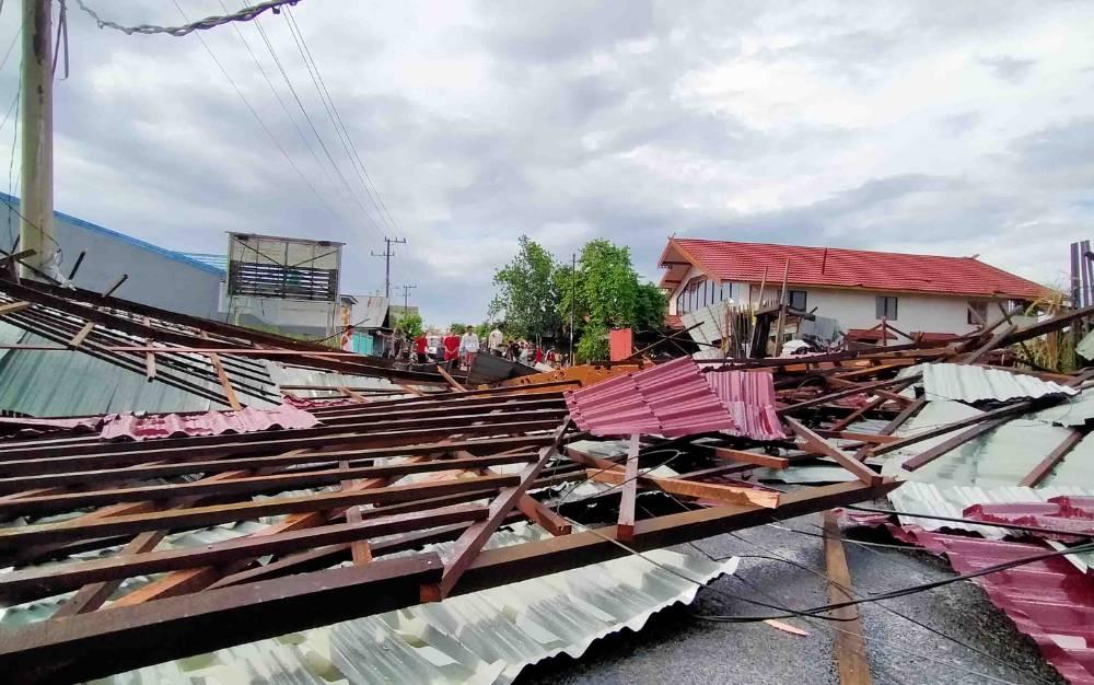Bangunan roboh setelah dihantam angin kencang di Jalan Baamang 1, Kecamatan Baamang, Selasa, 4 Mei 2021.