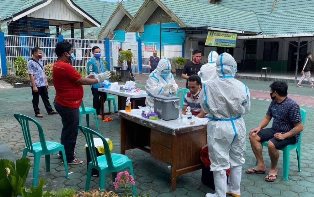 Pemeriksaan kesehatan di Rutan Palangka Raya.