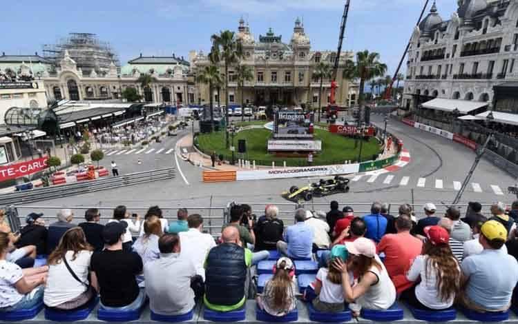 Pebalap Renault Daniel Ricciardo menjalani sesi latihan bebas kedua di sirkuit jalanan Monako ketika Grand Prix Monako. (23/5/2019)