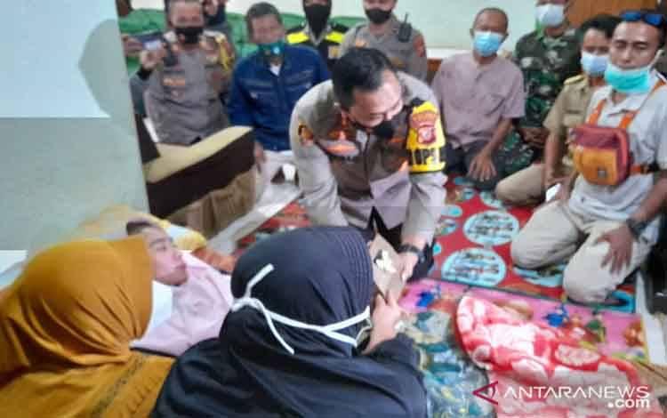 Kapolres Sukabumi AKBP Lukman saat memberikan bantuan dari Presiden RI Jokowi untuk Susan Antela guru SMAN 1 Cisolok, Kabupaten Sukabumi yang mengelami GBS