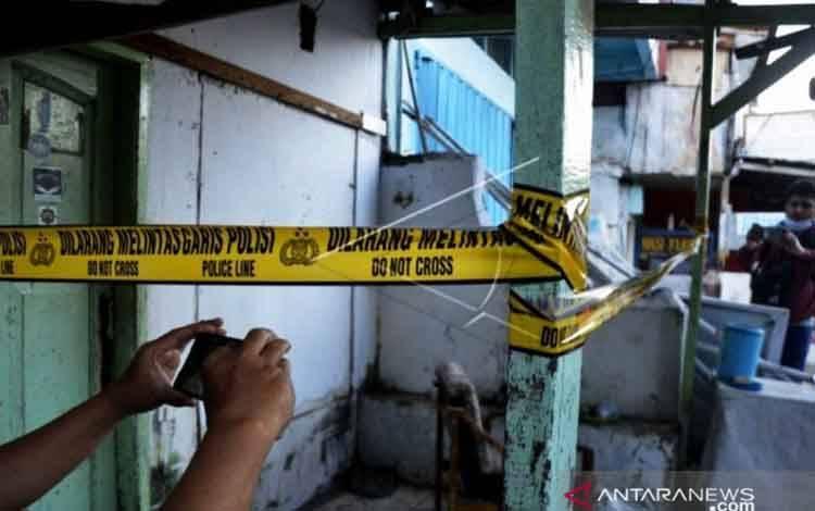Sejumlah wartawan mengambil gambar bekas markas Front Pembela Islam (FPI), usai digeledah Tim Densus 88 Antiteror, di Makassar, Sulawesi Selatan, Selasa (4/5/2021)