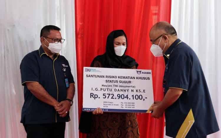 Asabri memberikan santunan kepada keluarga Kabinda Papua Mayjen TNI (Anumerta) I Gusti Putu Danny Karya Nugraha yang gugur saat terlibat kontak tembak dengan Kelompok Kriminal Bersenjata (KKB)